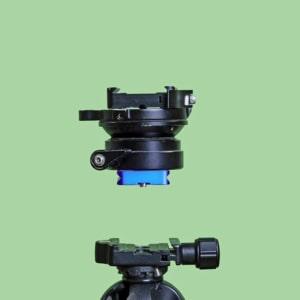 Ook de balansplaat tussen statief en accessoires voor panoramafoto's is voorzien van een koppelings plaatje en -klem.